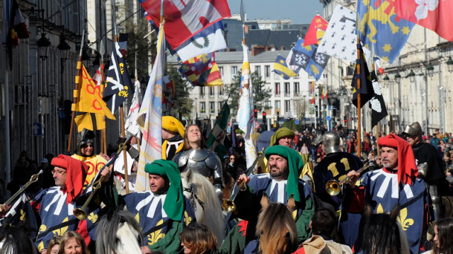 Photo of the Orléans medieval Joan of Arc parade with the Orléans cathedral in the background
